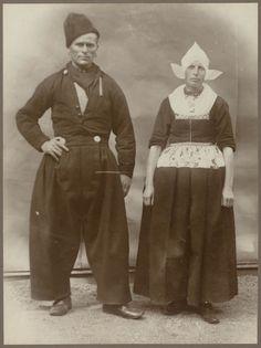 Man en vrouw in Volendammer streekdracht. De opname is gemaakt in 1913 te Amsterdam, tijdens het Klederdrachtenfeest. Dit was onderdeel van de festiviteiten rond de 100-jarige onafhankelijkheid van Nederland (1813-1913). #NoordHolland #Volendam