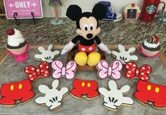 Mickey & Minnie Shorts, Gloves & Bow Cookies(How To) Mickey Mouse Gloves, Minnie Mouse Party, Iced Cookies, Sugar Cookies, Disney Cookies, Cookie Bouquet, Mickey And Friends, Disney Cartoons, Cupcake Cakes