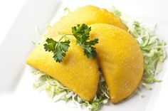 These appetizer-size empanadas have a cornmeal crust and tasty filling made of beef and potatoes. These appetizer-size empanadas have a cornmeal crust and tasty filling made of beef and potatoes. Tapas, Aji Sauce, Appetizer Recipes, Dinner Recipes, Party Appetizers, Dinner Ideas, Venezuelan Food, Venezuelan Recipes, Colombian Food