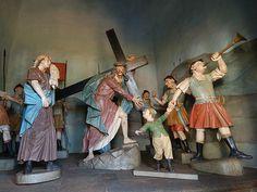 Cena do carregamento da cruz, na Via Sacra de Congonhas-Aleijadinho