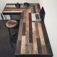 Unique and Elegant DIY Pallet Project Ideas Create this rustic office workstation with pallets. Buying expensive office furniture can be so great for your pocket. Do not worry, create this innovative workstation with the remodeled pallet woods. Woodworking Projects Diy, Diy Pallet Projects, Home Projects, Woodworking Plans, Woodworking Furniture, Popular Woodworking, Woodworking Patterns, Woodworking Magazine, Custom Woodworking