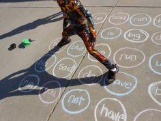 Leren met je lijf: speel Twister met de eerst geleerde woordjes, of letters, of antwoorden op sommen, of....