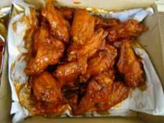 Pizza Hut's Hot Wing Sauce copycat recipe: 1/2 cup Franks Original Cayenne Pepper sauce. 1/4 cup margarine. 2 tablespoons water. 1 tsp cayenne pepper. 1 tsp paprika. 2 tsp granulated sugar. 1/8 tsp garlic powder. This recipe is for 14 wings.