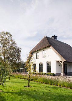 Witte rietgedekte woonboerderij