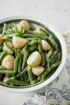 Paula Deen: New Potato & Green Bean Salad Recipe - Serves 12 Potato Salad With Apples, Easy Potato Salad, Green Beans And Potatoes, Easy Salad Recipes, Side Dish Recipes, Healthy Recipes, Healthy Snacks, Vegetable Side Dishes, Vegetable Recipes