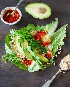 Mit diesem Salat Wrap mit Avocado zaubert ihr blitzschnell eine vollwertige Mahlzeit, die lecker schmeckt, gesund ist und euch beim Abnehmen hilft Mit knusprigem Hähnchen oder würzigem Tofu verfeinert, ist dieser Wrap ein leichter Genuss.