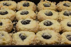 Haná, stredná Morava. Prekrásny kraj preslávený hlavne olomouckými tvarůžkami, plesňovým syrom Niva a voňavými hanáckymi koláčmi. Hanácke koláče pečú v každej rodine a plnia sa rôznymi plnkami. V tomto recepte sú hanácke koláče tvarohové s makom, slivkovým lekvárom a bohatou maslovo-cukrovou posýpkou.