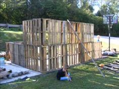 Building a pallet shed - various stages of construction - http://dunway.info/pallets/index.html