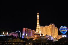 Las Vegas de noche lleno de edificios con luces.