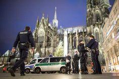 Polícia faz patrulha em frente à Catedral de Colônia: cidade foi palco de onda de agressões sexuais no Ano Novo (foto: EPA)