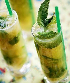 National drink of Brazil. The Caipirinha Top Drinks, Summer Drinks, Cocktail Drinks, Alcoholic Drinks, Caipirinha Recipe, Brazilian Drink, In Vino Veritas, Chef Recipes, Snacks
