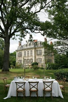 Table setting outside a French chateau - France Beautiful Homes, Beautiful Places, Simply Beautiful, This Old House, My Dream Home, Outdoor Dining, Old Houses, Manor Houses, Exterior Design