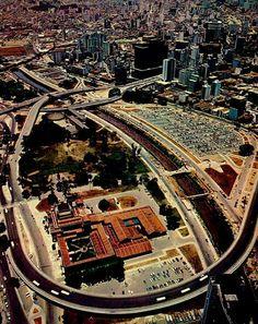 1971 - Tomada aérea do Parque Dom Pedro II com destaque para o Viaduto Diário Popular (inaugurado em 1969), o Palácio das Indústrias (hoje Museu Catavento) e um enorme estacionamento hoje transformado em terminal de ônibus.
