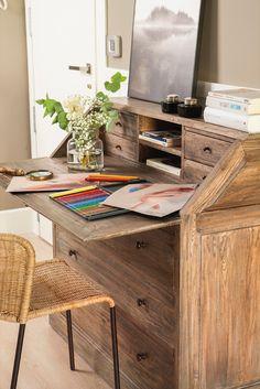 """El escritorio """"Elegí un buró con aspecto antiguo como mueble de recibidor, y a la vez me sirve de escritorio"""""""