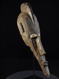 Provenance collection privée  L'initiation au Koré est destinée à construire l'identité masculine.  Le mot Koré est un mot interdit, que l'on ne peut prononcer.  Les initiés du Koré sont affectés à différentes classes dont chacune à ses propres symboles et masques. A la fin de la retraite en brousse, les initiés rentrent au village certains en portant les masques correspondants aux animaux qu'ils incarnent.