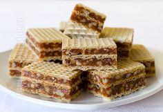 Prajitura in 5 minute cu foi de napolitane Desserts With Biscuits, Mini Desserts, No Bake Desserts, Just Desserts, Romanian Desserts, Romanian Food, Cream Cheese Flan, Condensed Milk Cake, Waffle Cake
