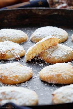 Frischkäse Mandel Plätzchen | Ein  einfaches Rezept für schnelle Weihnachtsplätzchen ohne Nüsse. Die Blitz-Plätzchen sind in nur 25 Minuten fertig gebacken. Mit wenigen Zutaten aus Deinem Vorrat und Doppelrahmfrischkäse ganz flott auf den Advents-Tisch gezaubert  | #schnelleplätzchen #einfacheplätzchen  #plätzchenbacken #weihnachtskekse #plätzchen #weihnachtsplätzchen #rezept #weihnachten | emmikochteinfach.de Quick Cookies, Cake Cookies, Easy Baking Recipes, Cookie Recipes, German Cookies, Almond Cookies, Eat Smart, Sweet And Salty, Holiday Cookies