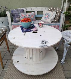 Upcyklace. Chcete stolovat originálně? Vhodná do obývacího pokoje(sami tam jednu máme) anebo do zahradního posezení. Robustní, ale snadno přemístitelná díky kolečkům s aretací.
