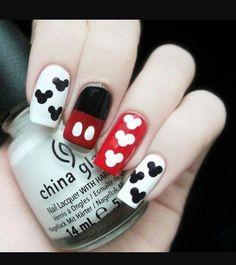 Uñas inspiradas en Mickey Mouse