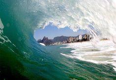 Para além de possuir ou não as melhores ondas do Brasil, o Rio de Janeiro é um point clássico do surfe brasileiro. Foi a partir do Rio que o esporte se popularizou no Brasil, e só isso já justificaria a cidade maravilhosa como local incontornável para surfistas. Mas, melhor ainda, o Rio possui excelentes picos para o surfe. De todos os tipos e tamanhos, a extensa costa carioca oferece ondas diversas para surfistas igualmente diversos. Dos profissionais aos iniciantes, as praias do Rio…