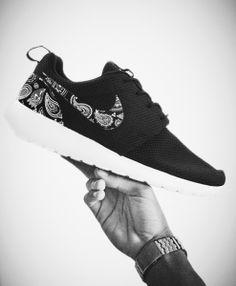 754ec4fefb8b Chaussure Nike Roshe Run noire - paisley - cuir - custom - fait main - Made  in Marseille - 199