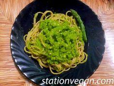 Whole-grain spaghetti with asparragus pesto ans nuts. Spaghetti integrales al pesto de espárragos y nueces. Spaghetti integrali con pesto di asparagi e noci.