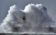 Lahed löövad Newhaveni tuletorni kaldal Inglismaa lõunarannikul