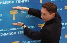 Санжар Амерханов демонстрирует символ тенге