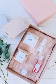Make it special but giving a handmade gift this Christmas. DIY beauty kit recipes and printable labels over on the blog!