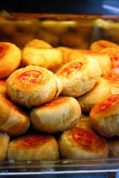 Warning: These 89 Mistakes Will Destroy Your Asian Street Food Snacks - Creative Maxx Ideas Asian Desserts, Asian Recipes, Filipino Desserts, Snack Recipes, Cooking Recipes, Snacks, Chinese Moon Cake, Mooncake Recipe, Asian Street Food