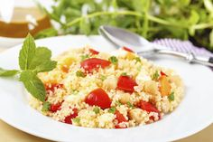 Couscous is a nutrient-rich carbohydrate. Couscous' benefits are primarily due to its selenium content. Whole-wheat couscous can also be rich in fiber. New Recipes, Dinner Recipes, Healthy Recipes, Superfood, Healthy Salads, Healthy Eating, Whole Grain Foods, Barley Salad, Couscous Salat