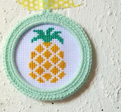 - Geborduurde ananas in mintgroen gehaakt lijstje - Cross stitch pineapple in mintgreen crochet frame
