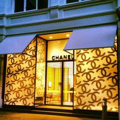 Chanel store. Amalia; increible fachada de Chanel, es muy luminosa, llama mucho la atencion