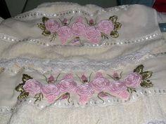 Toalha de banho e rosto com bordado em fita rosa, podendo ser escolhido outras cores pelo comprador. Romantic Cottage, Ribbon Embroidery, Maya, Yuri, Instagram, Satin Ribbon Flowers, Satin Ribbons, Ribbon Crafts, Ribbon Rose