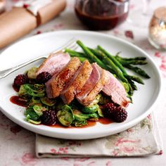 Roasted duck breasts with blackberry and port sauce. Meat Recipes - Healthy Eating for Over - Silversurfers Roast Duck Breast Recipe, Roasted Duck Breast, Healthy Meat Recipes, Cooking Recipes, Duck Recipes, Game Recipes, Fish Recipes, Roast Dinner, Dinner Menu