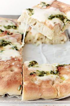 Focaccia z mozzarellą i zielonym pesto z bazylii Queso Mozzarella, Home Bakery, Basil Pesto, Calzone, Football Food, Daily Bread, Nutella, Brunch, Food And Drink