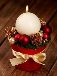 Kompozycja świąteczna z kulą świecą