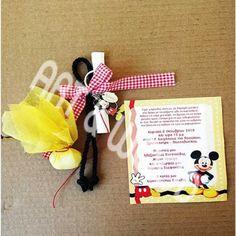 """Προσκλητήριο παπυράκι, τυλιγμένο με μαύρο κορδόνι, καρό κορδέλα και μεταλλικό μπρελόκ """"Mickey"""" με τη σφραγίδα γνησιότητας της Disney. Συνοδεύεται με μπομπονιέρα με σοκολατένια κουφέτα τυλιγμένα με κίτρινη γάζα. Gift Wrapping, Disney, Gifts, Gift Wrapping Paper, Presents, Wrapping Gifts, Favors, Gift Packaging, Gift"""