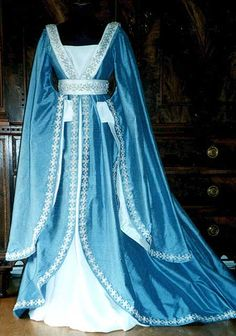 I waaaant those sleeves!!! Gowns Pagan Wicca Witch: La Pompadour Kleider des Mittelalters #gown.