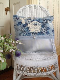 Sewing Pillows White Wicker Chair with Blue Toile Pillow - French country design and decor ideas can incorporate both new objects as well as antique or repurposed vintage items. Find the best ideas! Shabby Chic Mode, Style Shabby Chic, Shabby Chic Living Room, French Country Rug, French Country Decorating, Country Style, Cottage Decorating, Country Homes, Shabby Chic Pillows