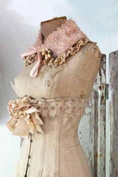This is so lovely.. and I love the collar... I have made and decorated several similar.. I need to post them!!!! hehehe