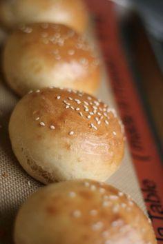 Et pourquoi, sous prétexte d'allergie au gluten, on ne pourrait pas déguster des hamburgers ? On règle le problème tout simplement avec cette recette de petits pains à hamburger maison ! Et pour faire des cheeseburgers assortis, c'est ici ! Les ingrédients pour réaliser 4 à 5 petits pains 300 g de farine sans gluten…