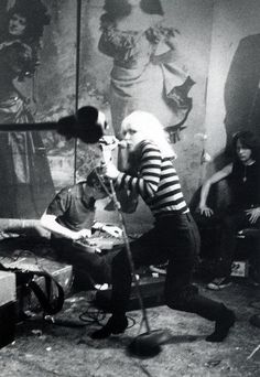 \><\  BLONDIE on stage at CBGB's in New York City, '77...