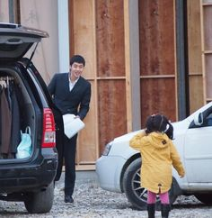 HJ was so focused on the script that he didnt see the little girl waving at him for at least 15 seconds. & when he finally sees her... by @ neongreenribbon -  ^_^ aww so cute..