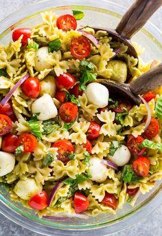 Tomato, Basil, and Mozzarella Pasta Salad - Baker by Nature salad salad salad recipes grillen rezepte zum grillen Caprese Pasta Salad, Summer Pasta Salad, Pasta Salad Recipes, Summer Salads, Cucumber Recipes, Healthy Recipes, Lunch Recipes, Vegetarian Recipes, Dinner Recipes