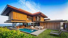 bardage bois vertical et terrasse en bois composite, parasol déporté et bains de soleil design