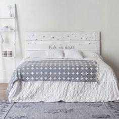 """Cabecero """"Pide un deseo"""" de estilo natural, formado por tres lamas de madera de abeto, realizado y pintado a mano, acabado a la cera natural. Disponible para cama de 90, 135, 150, 160 y 180."""