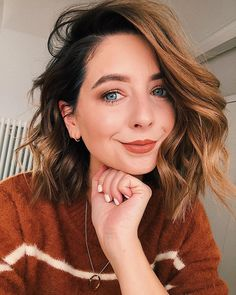 17 Stunning Dark Brown Hair with Blonde Highlights Examples) - Style My Hairs Medium Length Wavy Hair, Medium Hair Cuts, Medium Hair Styles, Curly Hair Styles, Red Balayage Hair, Wavy Haircuts, Wavy Hairstyles, Zoella Hairstyles, Cute Medium Haircuts