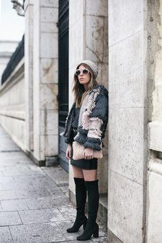 Finge-Knit Jacket | Mi armario en ruinas. Grey sweater+black leather mini skirt+black over the knee boots+grey and pink fringe-knit jacket+natural knit beanie+blush clutch+blush sunglasses. Winter Casual Outfit 2017