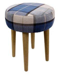 Stołek drewniany - taboret tapicerowany. Nogi wykonane z drewna, siedzisko tapicerowane z dobrego, mocnego materiału - granatowo/niebieski w kratę. Piękna i oryginalna stylistyka. Meble do dekoracji każdego wnętrza w Twoim domu.